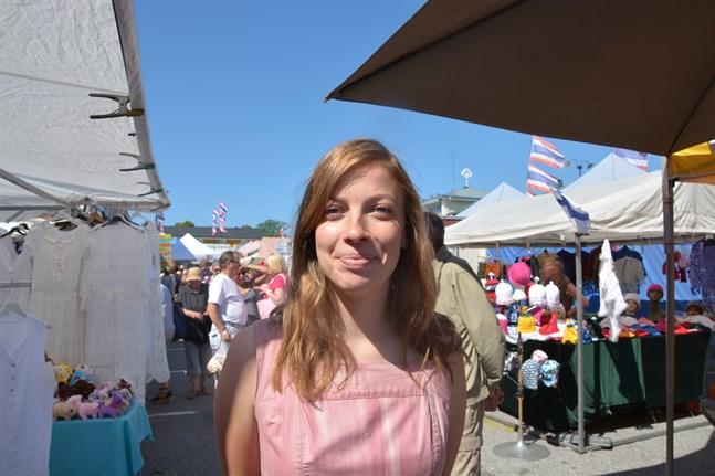 Sommarmarknaden är välkänd för Li Andersson, här ett besök 2018.  Att vistas på stugan i Sideby hör till hennes sommar och nu har hon beviljats byggnadslov för en ny fritidsstuga på en tomt som länge varit i släktens ägo.