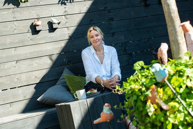 Tidigare älskade Pernilla Sundell att sitta i solen, men numera väljer hon en plats i lätt skugga.