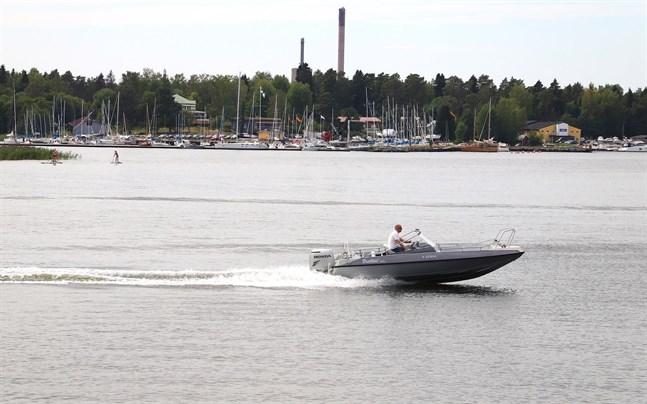Man får ha högst 1,0 promille alkohol i blodet eller 0,44 milligram alkohol i en liter utandningsluft då man kör båt i Finland. Båtföraren på bilden har inget med roderfylleri att göra.