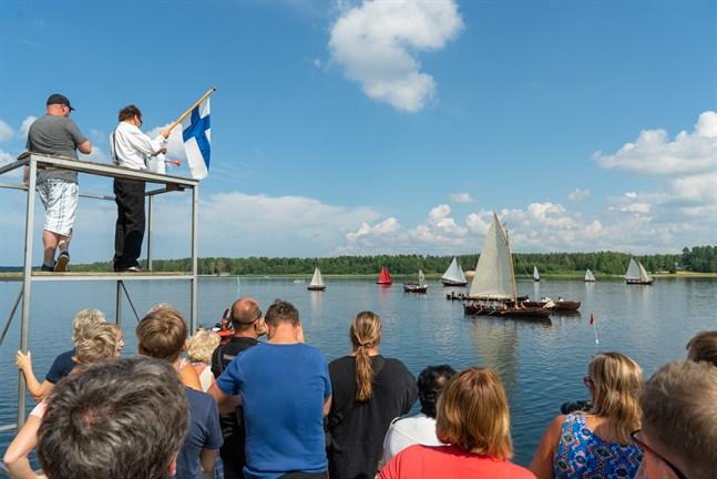 Många människor samlades ute vid vattnet till startsignalen för Monäsrodden år 2018.