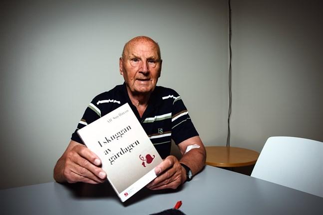 """När Alf Snellman började arbeta på Vasabladet märkte han snart att det var en tidning i journalistisk kris. Han skriver om den tiden i sin nya bok """"I skuggan av gårdagen""""."""