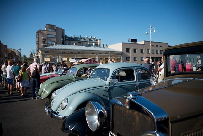 Veteranbilar i alla möjliga modeller och färger kommer att radas upp på torget på tisdag kväll.