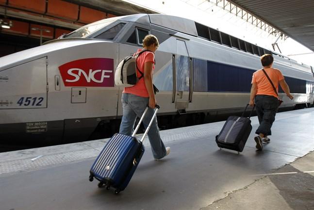 Det är tvärstopp för tågen till och från Montparnasse-stationen i Paris till följd av en brand. För snabbtågen TGV försöker man hitta alternativa lösningar.