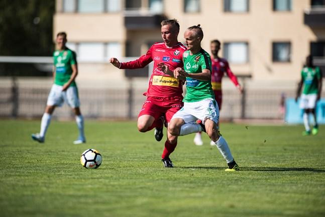 Akseli Ollila i Ekenäs IF-tröjan i kamp med dåvarande Jaro-spelaren Kim Böling i Jakobstad 2018.