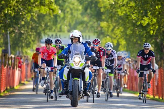 Bilden är från starten i Botniacyklingen 2018 där över 700 cyklister deltog.