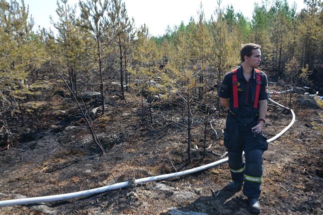 Brandman Sebastien Valtakari var under tisdag morgon på plats för att bevaka den släckta skogsbranden, som ägde rum i närheten av naturstigen Goljatleden i Närpes.