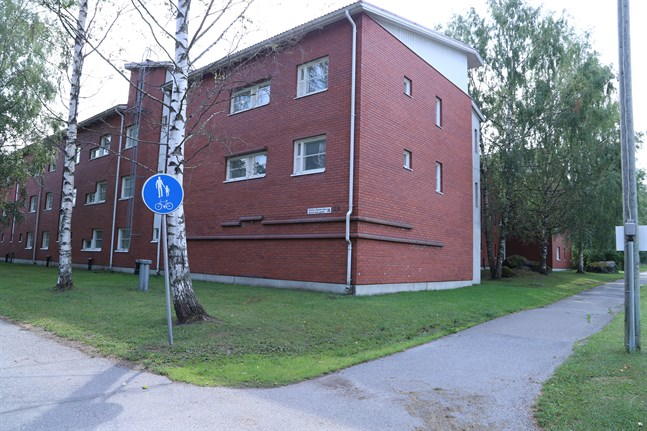 Trevåningshuset står i hörnet av Gamla Vasagatan och Kråklundsgatan.
