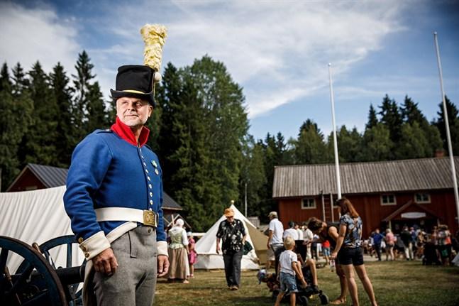 """Martin Hårdstedt, professor vid Umeå universitet, håller på att redigera manuskriptet till boken """"Krigsmaskineriet"""". Här är han fotograferad vid Furirbostället i Oravais."""