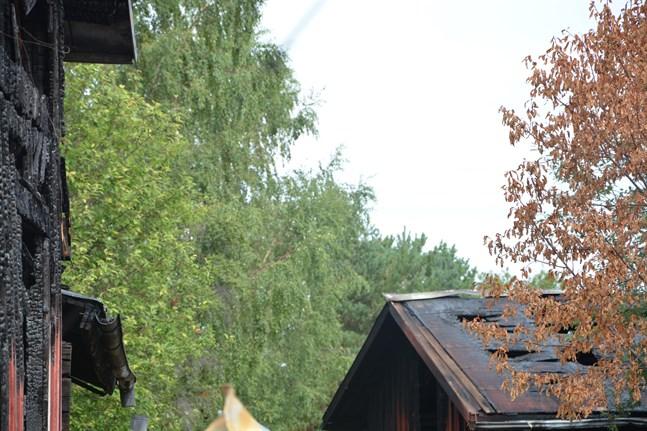 Fritidshuset till vänster totalförstördes för en vecka sedan. På söndagsmorgonen brann grannens uthus.