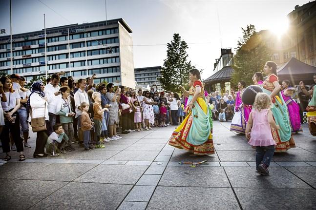 Konstens natt samlar omkring 35 000 personer på Vasa stads gator varje sommar.
