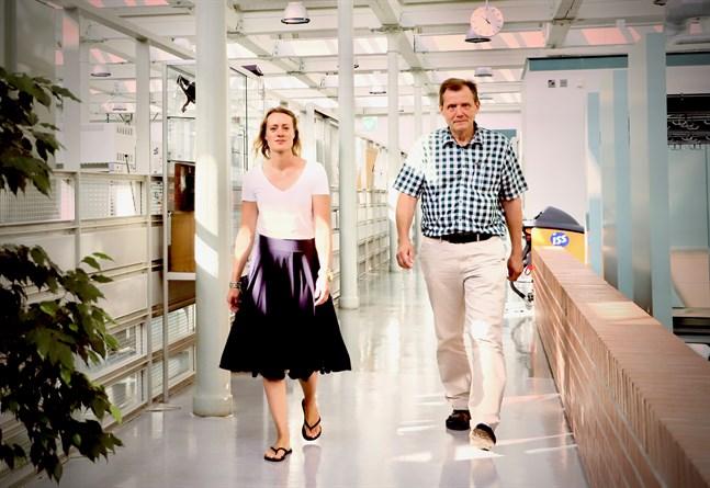 Eva Högfors-Rönnholm och Sten Engblom försöker hitta bättre sätt att ta hand om sulfidjord i samband med vägbyggen och muddring.