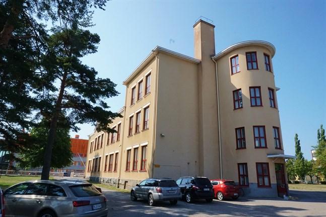 Det som tidigare var Brändö skola föreslås bli daghem om några år. Eleverna från Vanhan Vaasan koulu huserar tillfälligt i skolan fram till slutet av år 2022.