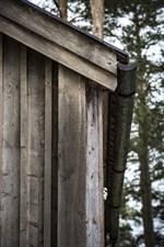 Stuprännor har tillverkats av urgröpna tallar som sedan tjärats.