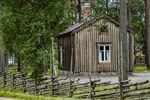Lillstugan från Grannasbacka står nu klar på museiområdet vid Fornstugan i Överesse.