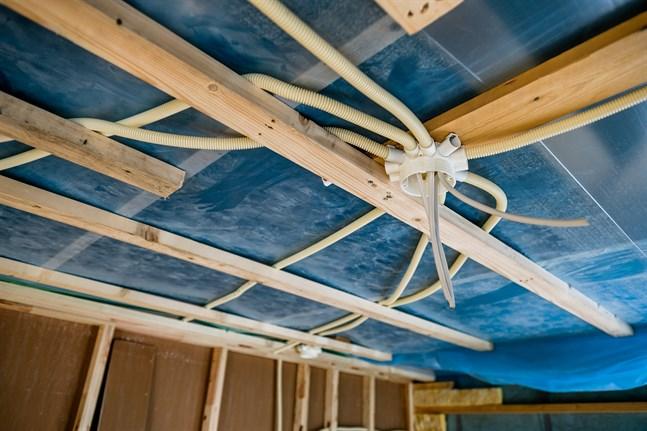 Den blå byggplasten är en vanlig syn på de allra flesta nybyggen. Plasten behövs i både tak och väggar när man isolerar med glas- eller mineralull.