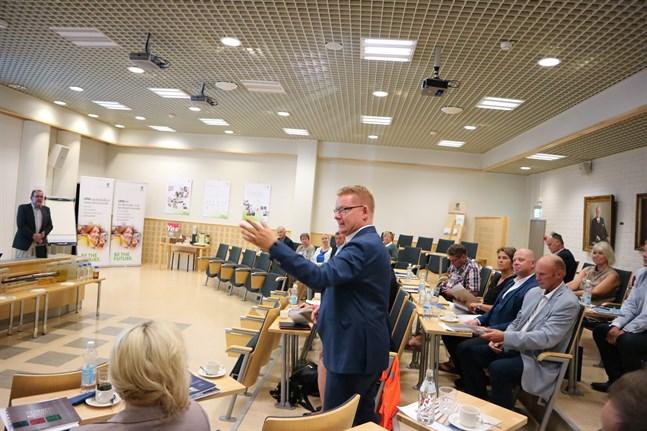 Skogsindustrin ser trots allt med tillförsikt på framtiden, säger Timo Jaatinen som är vd för branschorganisationen Skogsindustrin rf.