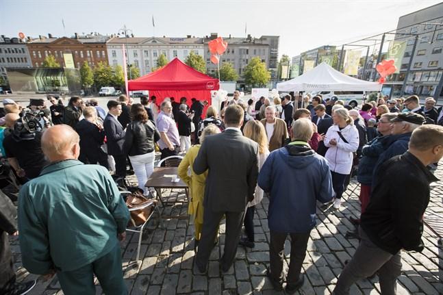 Det lär knappast bli sådana här valmöten på torget det här kommunalvalet. Partierna får fokusera på andra sätt att nå ut till väljarna. Bilden är från 2018 när Antti Rinne besökte Vasa.