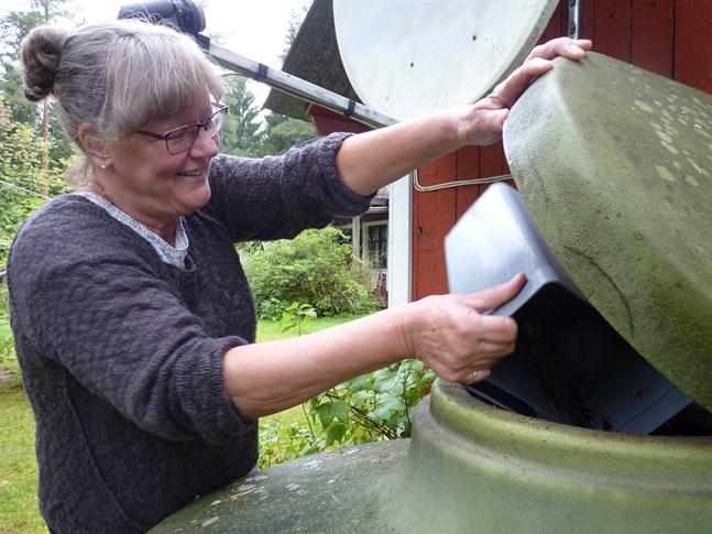Maria Harju tycker att det skulle kännas bakvänt att föra sådant avfall till Ekorosk som kan bli till mylla för den egna trädgården. Familjens kompostor har ursprungligen varit tänkt till ett reningsverk, men fungerar bra för sitt ändamål.