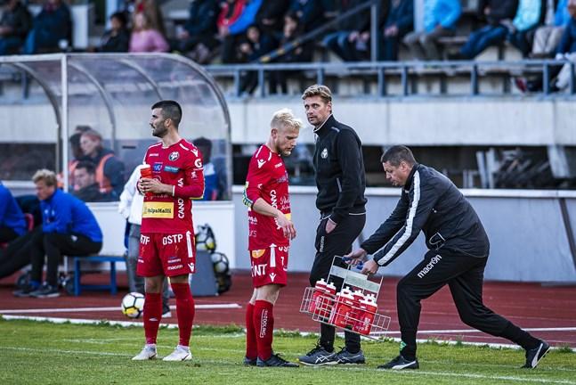 Här är Calle Löf (till höger) lagspelare genom att förse Felix De Bona och Thomas Kula med dricka 2018.
