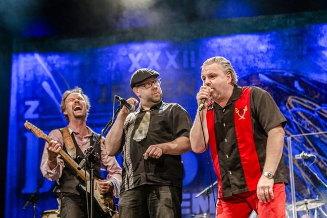 Här spelar Micke Björklöf  med bandet Blue Stri.