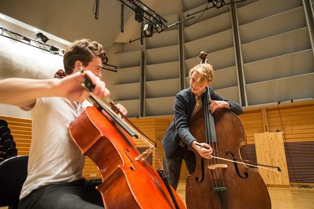 Antto Tunkkari och Pauli Pappinen spelar tillsammans i konservatoriets stora sal.