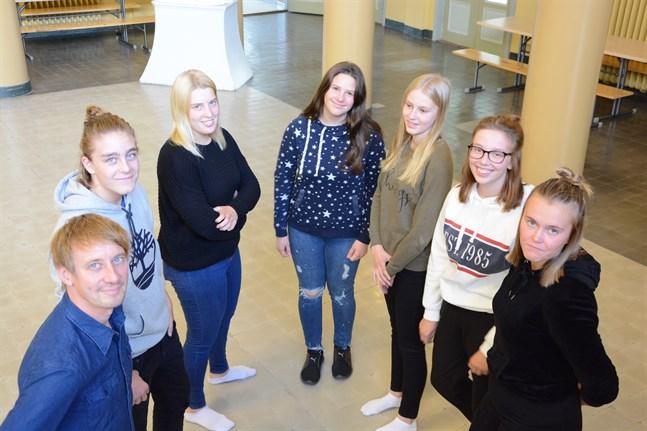 Gymnasieettorna Mathias Thijssen, Emma Lillandt, Jenna Ingves, Jenny Salmi, Kira Pirttimäki och Frida Rosenback förväntar sig mera aktivitet i form av bland annat temadagar med Peter Grannas som rektor.