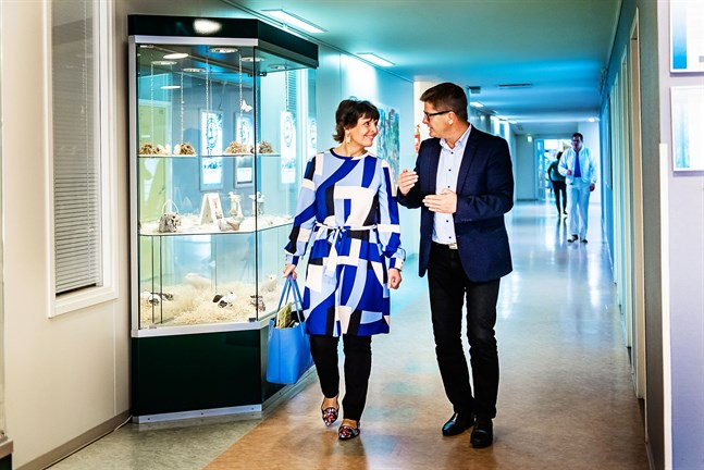 Kommunikationsminister Anne Berner (C) tillsammans med Snellmans exportdirektör Staffan Snellman på fabriken i Jakobstad.
