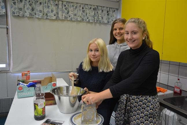 Fanny Karlsson, Elina Juslin och Anna Jonassen är i full gång med att tillreda raggmunk med fläsk.
