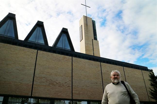 Kyrkoherde Per Stenberg tycker det är svårt att komma åt orsaken till att folk skriver ut sig ur kyrkan och efterlyser därför forskning.