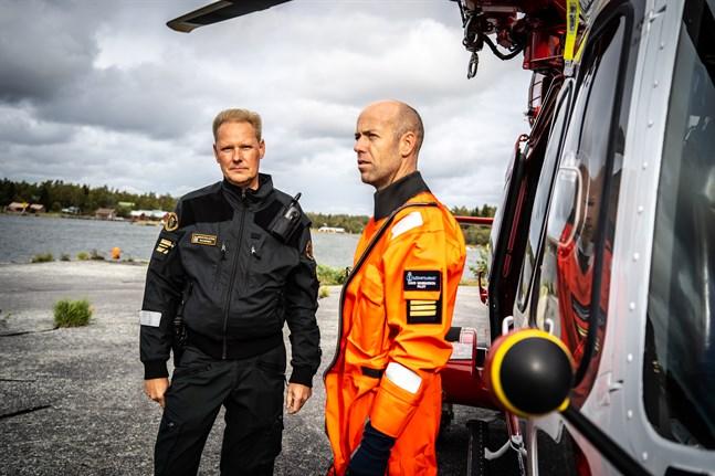 Kaptenlöjtnant Martin Saarinen vid Gränsbevakningen, här tillsammans med den svenske helikopterpiloten David Magnusson.