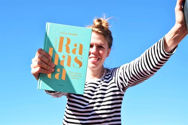 Julia Thurén skrev en bok om hur hon lyckades spara 10000 euro på ett år.