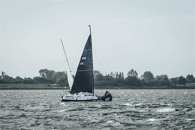 Michael Wahlroos från Vasa är den första finländaren som genomfört ensamseglingen Silverudder. Han gjorde det i en båt som är gjord för en besättning på sju personer.