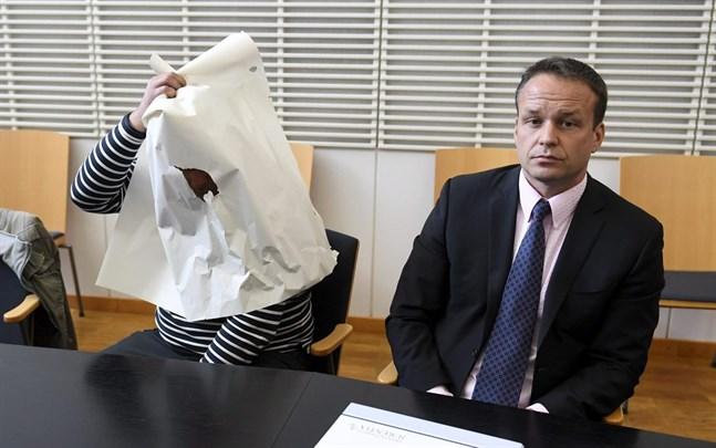 Den misstänkta estniska mannen och hans advokat Jukka Pasanen vid Vanda tingsrätt på tisdagen.