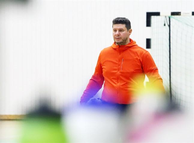Tomislav Krstevski lotsar FC Sport-j i damernas futsalliga. I helgen är han spindeln i nätet i årets upplaga av Damjan Futsal Tournament.