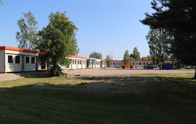 23 av de nyanlända ungdomarna får förberedande undervisning på finska i barackerna vid Centrumskolan i Oravais.