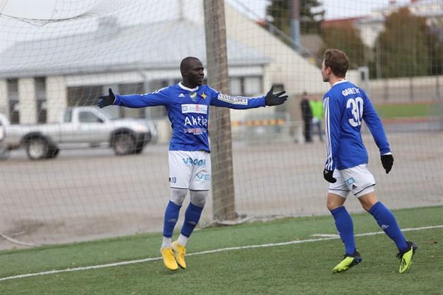 Mustafa Maki satte Vasa IFK:s tredje mål efter ungefär en halvtimmes spel. Här firar han med Ian Garret som gjorde det andra målet.