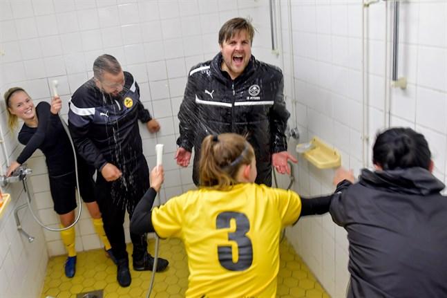 Viktoria Byskata segerduschar tränarna Magnus Slotte och Andreas Kaitajärvi efter att avancemanget till FM-ligan var klart hösten 2018.