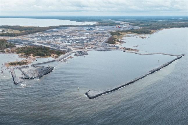 Den politiska eliten körde bort finländare från sina stugtomter i Hanhikivi och gav bort en oersättlig bit av fosterlandet till Ryssland som en ny territoriell erövring, skriver Tuomas Akolahti i sitt debattinlägg.