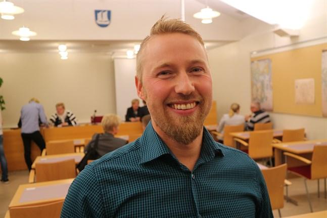 Robin Sundelin och 17 övriga fullmäktigeledamöter i Larsmo kom i oktober med idén om ett seniorboende i Bosund.