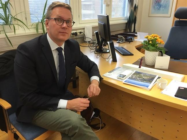 Det arrangemang Mats Brandt tydligen har tänkt sig fungerar inte. Det är omöjligt att tjäna två herrar, skriver Jan-Erik Frostdahl.