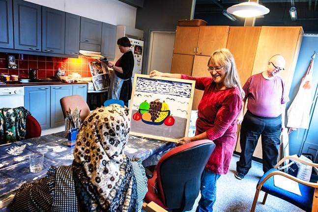 Kårkullas servicepalett är mångsidig; här en bild tagen under en konstkurs Anne Bonner höll på en Kårkullaenhet i Jakobstad 2018. Kårkullas brukare måste även i framtiden få kvalitativ service på svenska, betonar Barbor Kloo.