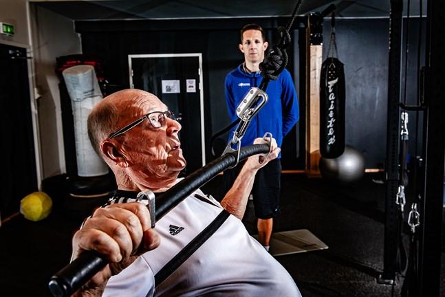 Christer Asp gläds åt att musklerna blivit större och att styrkan ökat sedan han började anlita pt:n Pontus Backlund.