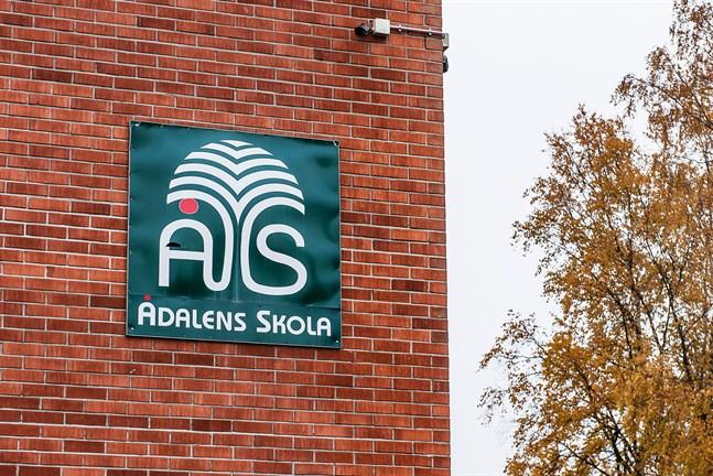 Eleverna i Ådalens skola jobbar som vanligt, men ett beslut om distansundervisning kan komma snabbt.