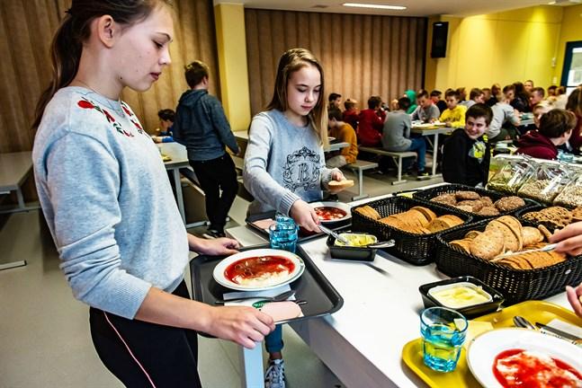 Den bärsoppa som serveras i Kronobys skolor och daghem ska i fortsättningen inte innehålla något socker. På bild Saga Karlström och Celine Sjölind i Ådalens skola.