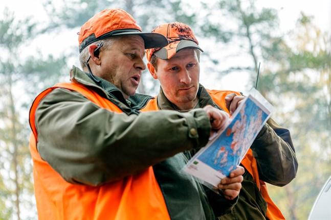 Ola Sandqvist hoppas att medborgarinitativet ska påverka vargförvaltningen i Finland. Här är han på jakt med Jan Stenroos.