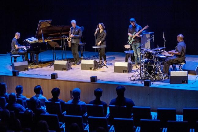 Hösten 2018 gästades Jeppis Jazz Festival av Yellowjackets feat. Luiciana Souza. Från arrangörernas sida hoppas man kunna ta emot utländska artister igen den här hösten.