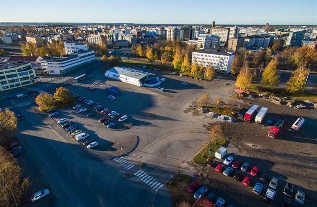 Snart är den här synen ett minne blott. Ja, det tycker i alla fall Vasafullmäktige. På måndagen gick de nämligen in för att Wasa Station-projektet ska få grönt ljus. Komplexet ska byggas vid den gamla busstationen i Vasa.