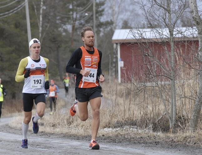 Titelförsvarande Kevin Sandell får fajtas med Björn Sandler i landsvägs-DM på söndag. Här det Sandler som är steget före i Bastucupen