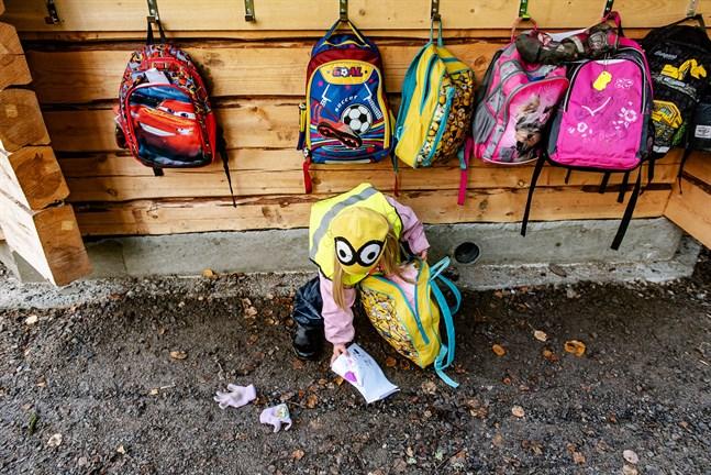Ryggsäckarna på bilden tillhör inte dagisbarn i Korsholm.