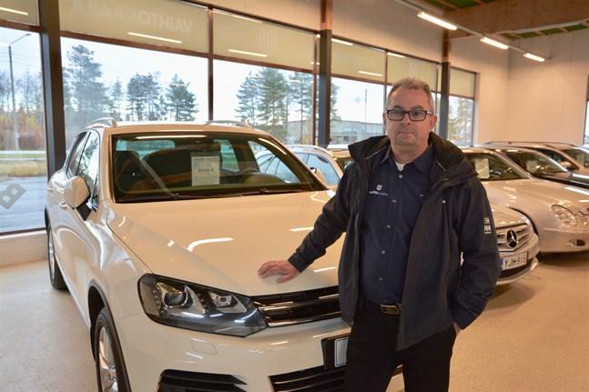 Närpes fick en ny bilaffär i slutet av 2018. Trots det minskade antalet nyregistrerade bilar i kommunen under 2019. Här en bild av försäljaren Atle Guss från Dagsmark i samband med öppningen.